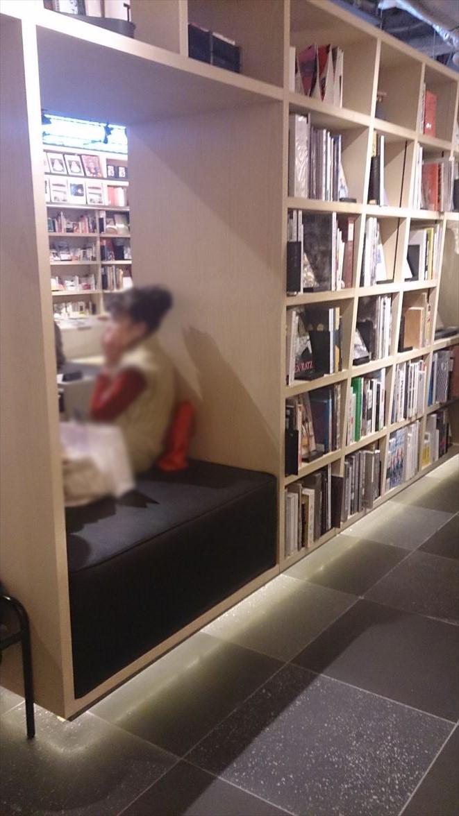 銀座蔦屋書店本棚ベンチ